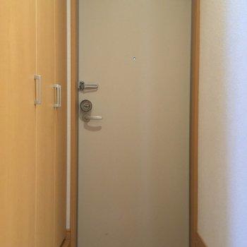 玄関はこんな感じ。シューズくボックスもあるよ◎※写真は1階の反転間取り別部屋のものです