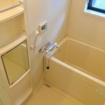 バスルームも明るくゆったり※写真は1階の反転間取り別部屋のものです