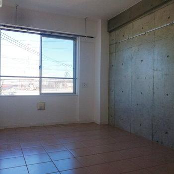 コンクリート打ちっ放しの壁が印象的※写真は3階の同間取り別部屋のものです