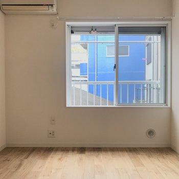 窓のところ、ちょうど腰掛けやすい高さなんです。(写真はクリーニング前のものです)