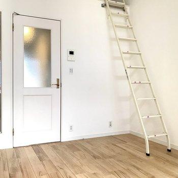 白い空間に無垢床は相性◎です!(写真はクリーニング前のものです)