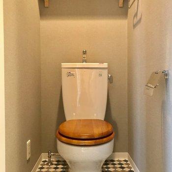 既存トイレには木製便座設置。(写真はクリーニング前のものです)
