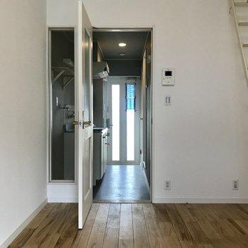 居室側から。玄関扉も光が入るので明るい印象です。(写真はクリーニング前のものです)