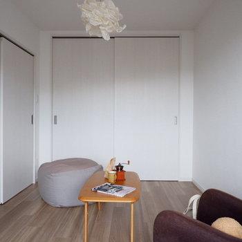 【洋室①】来客時には閉めて生活感を隠すこともできますね。※家具はサンプルです