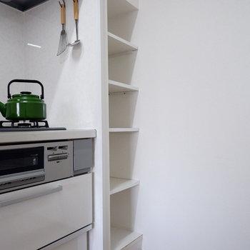 【LDK】キッチン横には収納も。※家具はサンプルです