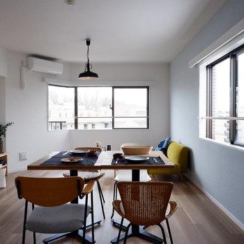 【LDK】奥の窓がカクっと曲がっています。※家具はサンプルです
