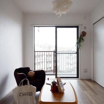 【洋室①】普段は開け放ってリビングと一体に。※家具はサンプルです