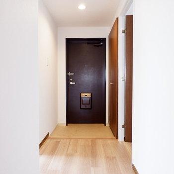玄関廊下の幅はゆったり取られています。