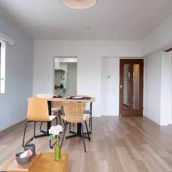 【LDK】洋室との仕切りを開けると開放感ありますね。※家具はサンプルです