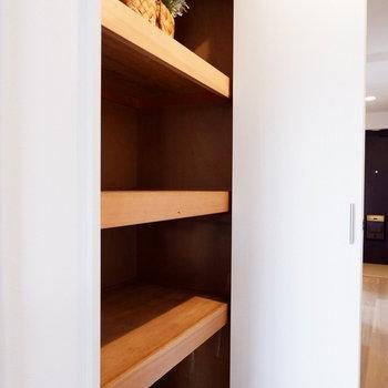 廊下にも大容量の収納が。※家具はサンプルです