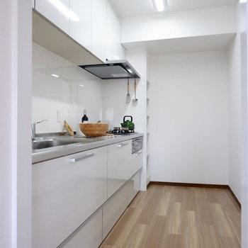 【LDK】ゆったりとしたキッチンです。※家具はサンプルです