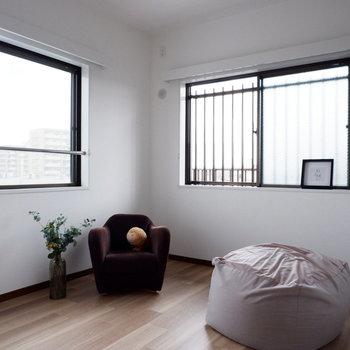 【洋室②】こちらも2面採光になっています。※家具はサンプルです