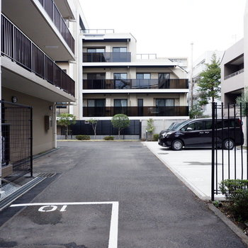 駐車場も敷地内に。