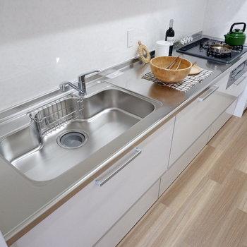 【LDK】シンクも調理スペースもゆったり。2人でキッチンに立つ時間を大切に。※家具はサンプルです