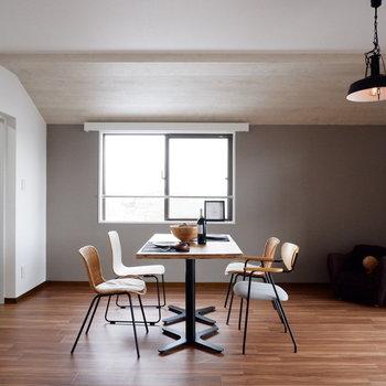 【LDK】グレーのアクセントクロスに、ギミックの効いた天井がかっこいい。※家具はサンプルです
