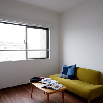 【洋室5.4帖】こちらは寝室に良さそうです。※家具はサンプルです