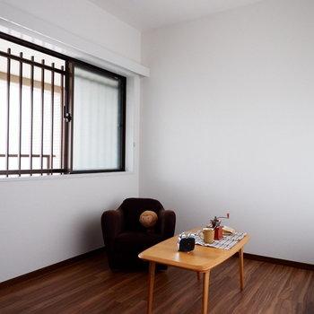 【洋室5.7帖】こちらは書斎やこども部屋に。※家具はサンプルです