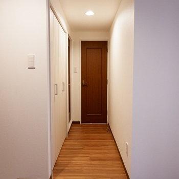廊下の奥に、サニタリーが揃っています。