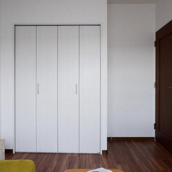 【洋室5.4帖】ダブルベッドも置けますね。※家具はサンプルです