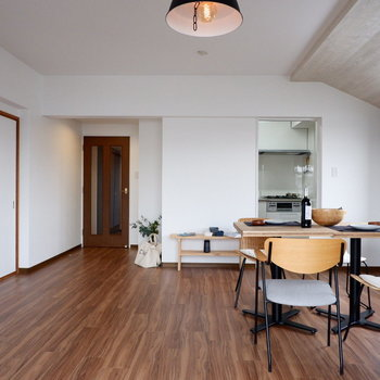 【LDK】リビングには本棚もほしいな。※家具はサンプルです