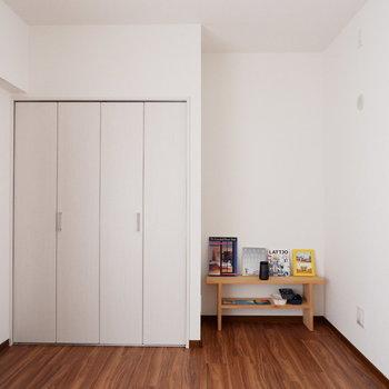 【洋室5.7帖】奥に勉強机も置けそう。※家具はサンプルです