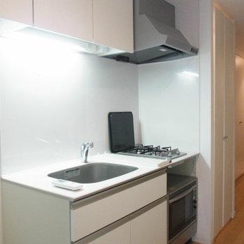 キッチンは2口コンロ!オーブンレンジも付いてます☆※写真は2階の反転間取り別部屋のものです