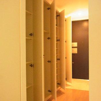 収納です。ちなみに玄関照明は人感センサー付※写真は2階の反転間取り別部屋のものです