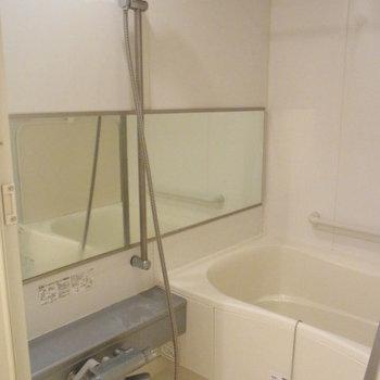 お風呂広いです・・!※写真は2階の反転間取り別部屋のものです