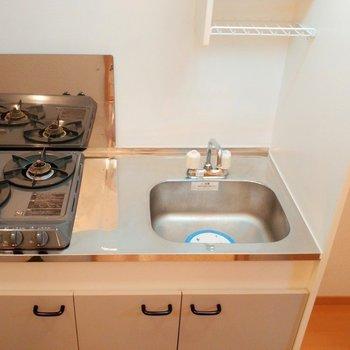 妥協しない2口キッチン。横に冷蔵庫スペースも忘れてません◎ ※写真は2階の似た間取り別部屋のものです