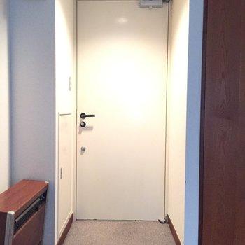 お部屋に会う麻の玄関マットを置きたい。靴箱はないので、お好みのものをご用意下さい。※写真は2階の同間取り別部屋ものです