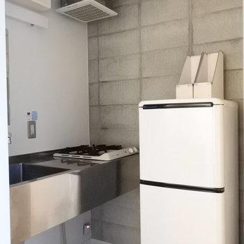 冷蔵庫はあまり大きい物がおけません。。コンロとの距離がとても近い・・・※写真は6階の同間取り別部屋のものです