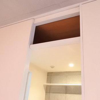 水回りの上にちょっとした収納。これはストックに使えそう。※写真は6階の同間取り別部屋のものです