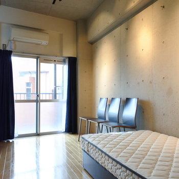 スポットライトの光が打ちっ放しコンクリート空間をお洒落に照らします。※写真は6階の同間取り別部屋、家具は見本です