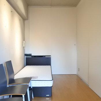 横幅はそれほどひろくないです。レイアウトは慎重に。※写真は6階の同間取り別部屋、家具は見本です