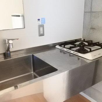 キッチンはステンレスでカッコよく。※写真は6階の同間取り別部屋のものです