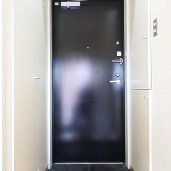玄関は両サイドが収納になっています。※写真は6階の同間取り別部屋のものです