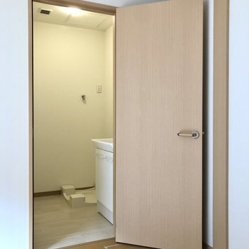 再び居室に戻り、次は洗面所へ。