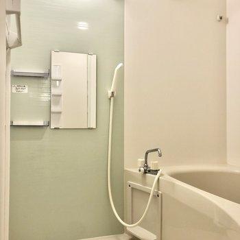 ミントグリーンの爽やかな浴室。