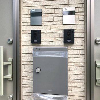 ポストは玄関ドアのすぐ隣に。