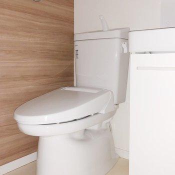 トイレは洗面台の隣にあります
