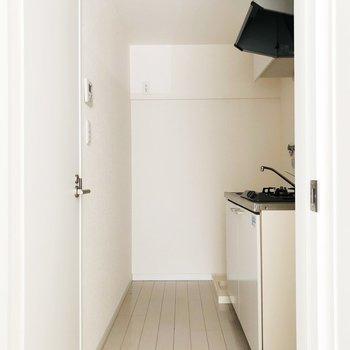 キッチン奥に冷蔵庫を置けます