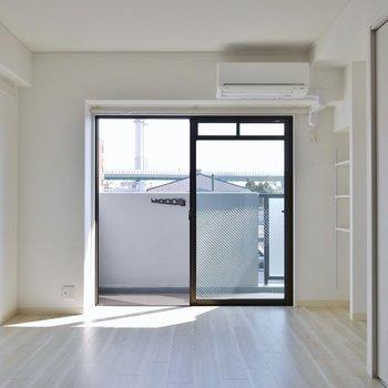 4,5階のフローリングは白っぽい※写真は同タイプの別室