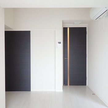 扉はブラック、メリハリがありますね。