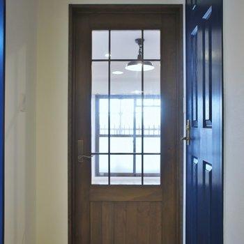 アンティーク風なドア。