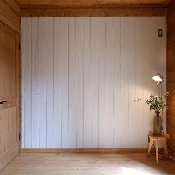 【洋室①】一面だけ白い壁になっていてアートなど飾りたくなります。※家具はサンプルです