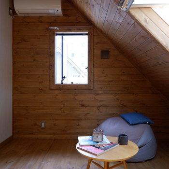 【洋室②】エアコンもついているので快適に過ごせます。※家具はサンプルです