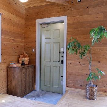 玄関扉の淡いグリーンも良いアクセントに。※家具はサンプルです