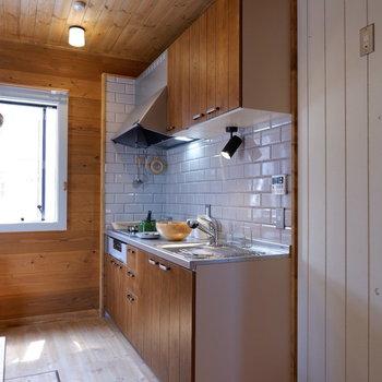 【LDK】キッチンもウッド×タイルで可愛らしく。※家具はサンプルです