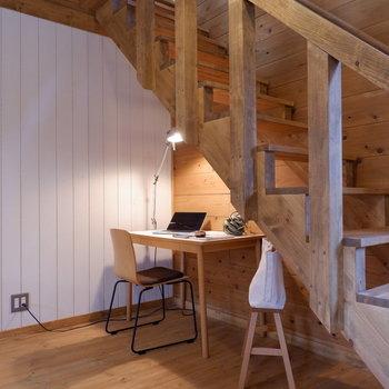 【LDK】階段下はデスクなどで有効利用を。※家具はサンプルです