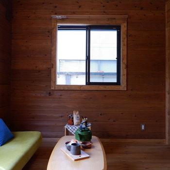 【洋室①】ダブルサイズのベッドも難なく置けますよ。※家具はサンプルです